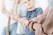Kinder ziehen am Seil gegen Eltern
