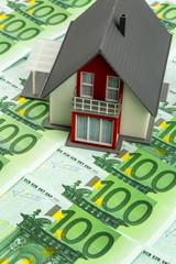 Wohnhaus auf Geldscheinen