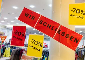 """Schild: """"Wir schließen"""""""
