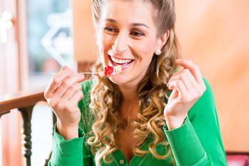 Frau isst Konditor Fruchttorte
