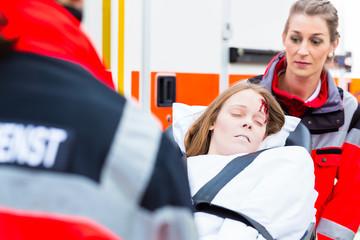 Notärzte helfen verletzte Frau