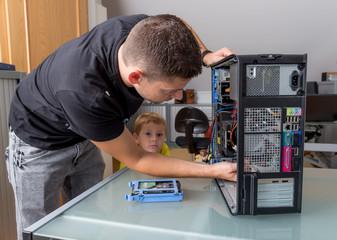 Mann reparierrt einen Computer