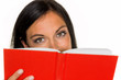 Frau liest ein Buch