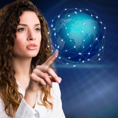 junge Frau mit virtuellem Globus