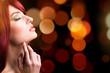 attraktive brünette junge Frau vor Bokeh-Hintergrund