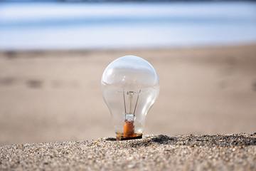 砂浜と電球