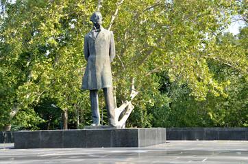 Памятник M. Налбандяну в Ереване