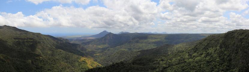 panorama sur les montagnes et gorges de rivière noire