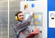 Leinwandbild Motiv Gehörschutz in einer lauten Industrieanlage