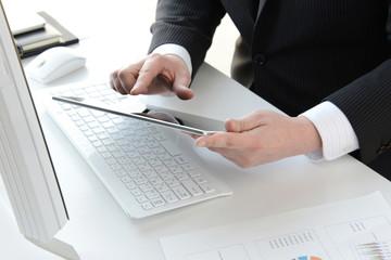ビジネスイメージ―タブレットを使うビジネスマン