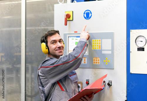 Leinwanddruck Bild Gehörschutz in einer lauten Industrieanlage
