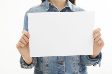 Chica con pancarta blanca