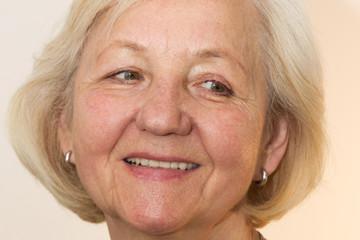 Gesicht einer zur Seite blickenden Seniorin