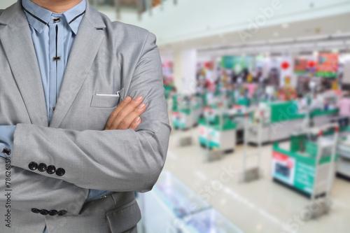 Papiers peints Pres, Marais Business Man stand in Hypermarket or Supermarket store present r
