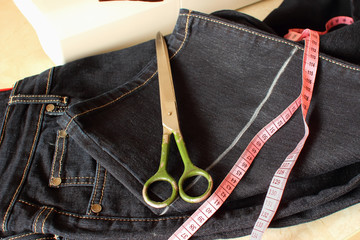 Processing bottom jeans with the aim of shortening the trouser.