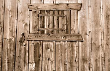 façade en bois d'un  chalet avec fenêtre