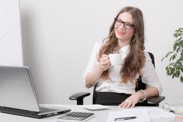Junge Frau im Büro macht Pause