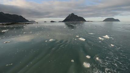 Navigation between peaks in icy water