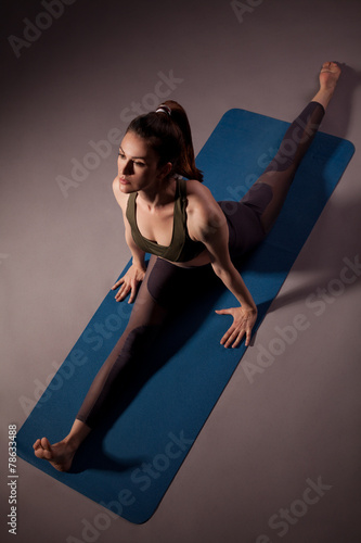 Poster Woman practicing yoga on the floor