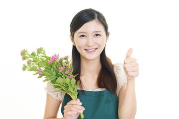 花を持つ笑顔の女性