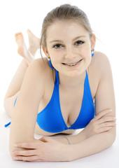 Hübsche Jugendliche in Bikini liegt