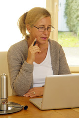 Frau am Laptop ist online
