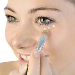 Frau mit Make Up gegen Augenringe