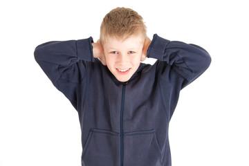 Junge hält sich die Ohren zu