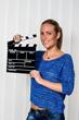 Frau mit Filmklappe