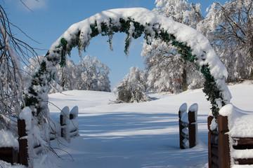 Arco coperto di neve