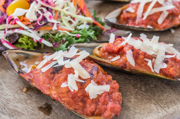 Mussels baked with tomato sauce