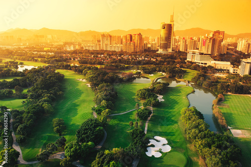 Tuinposter China Golf course in the city of Shenzhen in the evening