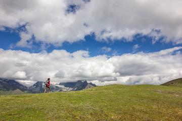 Giovane ragazza escursionista in montagna