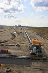 Tagebau mit Kraftwerk im Hintergrund