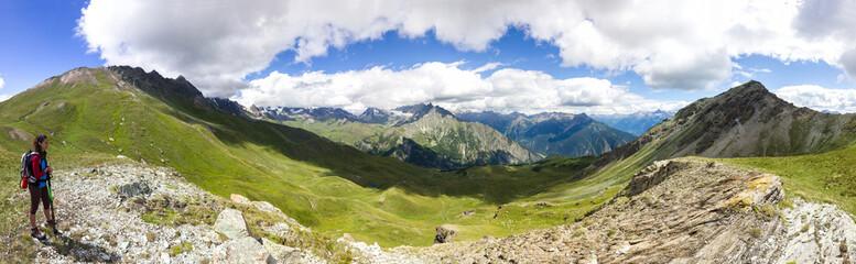 Panorama di montagna estivo con giovane ragazza