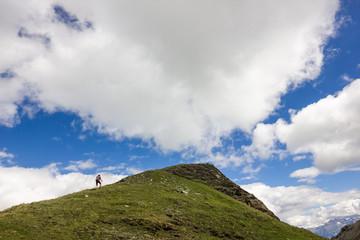Ragazza sale su cima in montagna