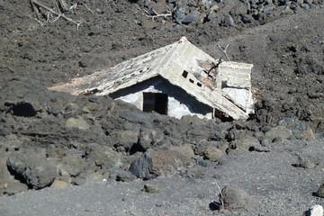 von Lava verschüttetes Haus am Ätna