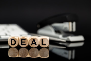 Deal - Würfel vor Büromaterial