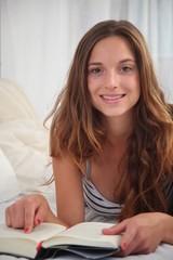 Junge Frau lesen im Bett
