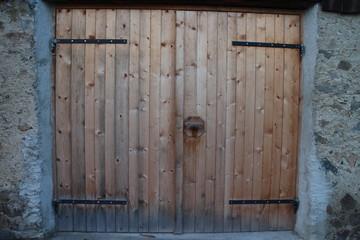 rustikales Garagentor aus Holz