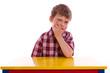 müdes, gelangweiltes Kind am schreibtisch - isoliert