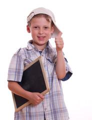 glücklicher Junge mit Basecape hält den Daum hoch - isoliert