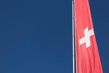 Schweizer Fahne vor blauem Himmel