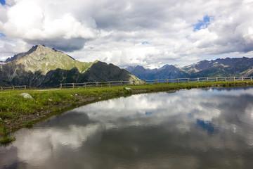 Lago di montagna con riflesso