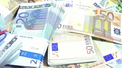 Banknotes (dolly shot)