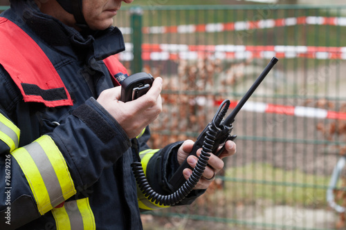Feuerwehrmann im Einsatz mit Funkgerät - 78679226