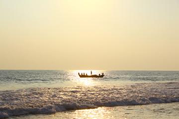 Рыболовецкая лодка с рыбаками плывут в океан