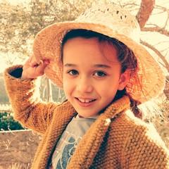 Niña con sombrero de paja