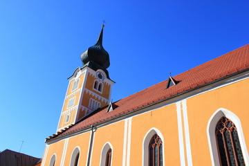 Das Kirchenschiff und der Kirchturm der Kirche von Schladming