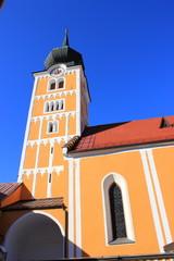 Blick auf die Stadtpfarrkirche von Schladming samt Kirchturm